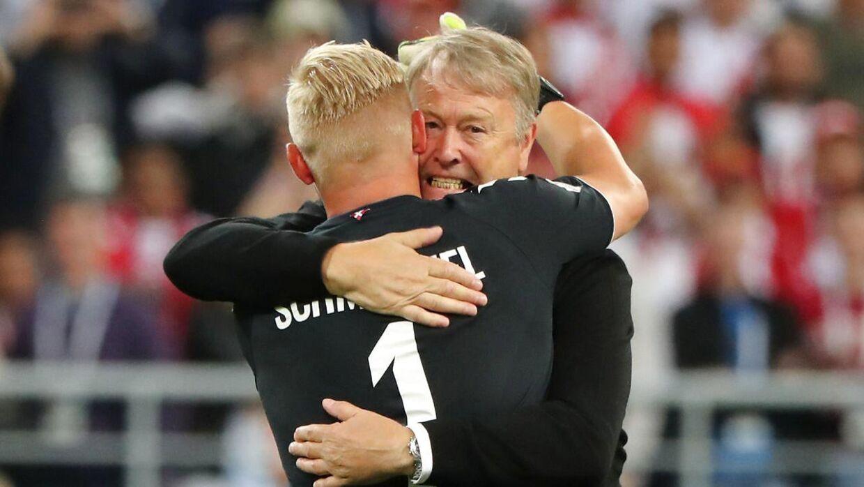 Kasper Schmeichel fejrer sejren over Peru med landstræner Åge Hareide.