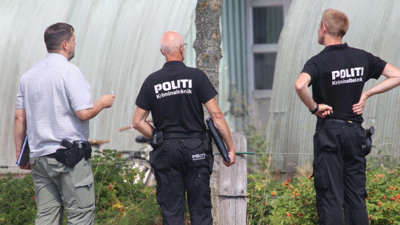 Politiets kriminalteknikere rykkede fredag formiddag ud til en ejendom på Nøbbøllevej ved Holeby på Lolland, hvor en mand i halvtredserne er blevet skuddræbt.