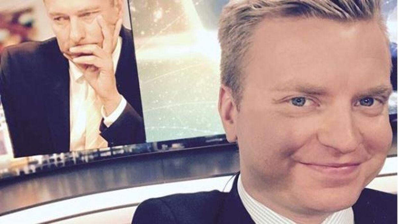 Tv-værten Greg Thomson (th.) har sagt sit job op efter en skandaløs optræden under en velgørenhedsmiddag, hvor han var aftenens vært.
