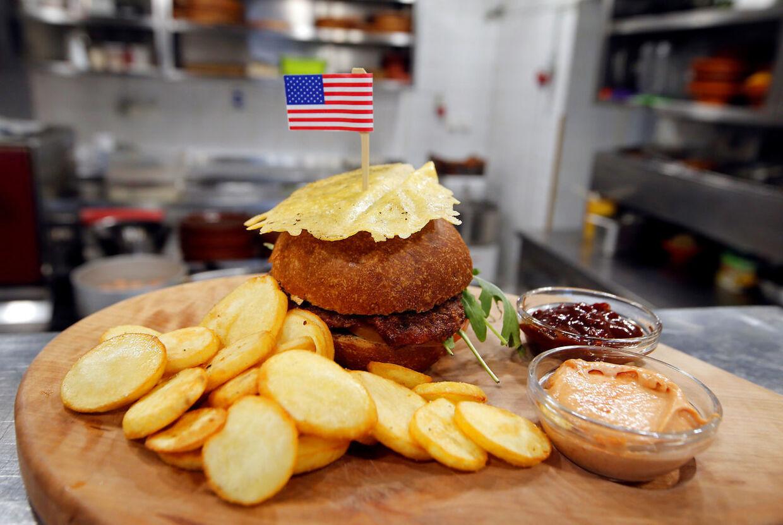 I byen Sevnica kan du købe en burger, der skal forestille Donald Trump.