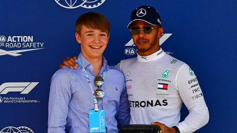 Billy Monger sammen med Mercedes-kører Lewis Hamilton.
