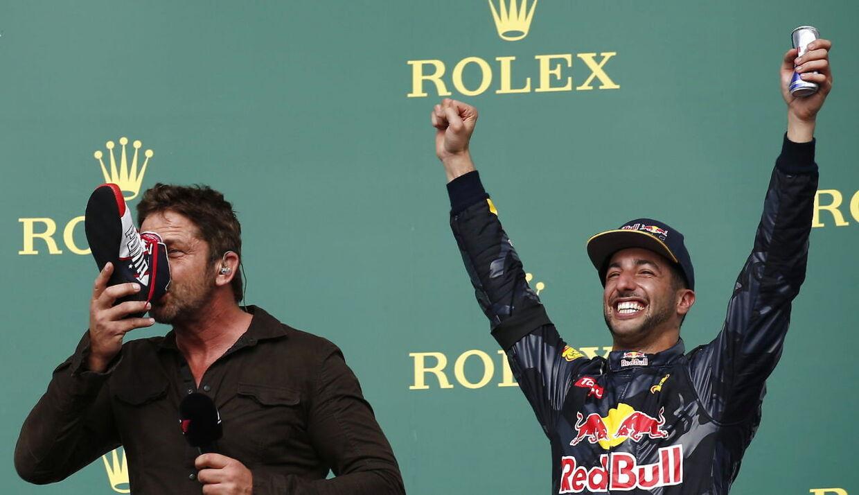 Gerard Butler tager sig en tår fra Ricciardos sko.