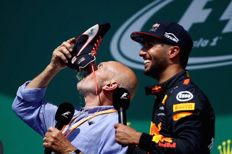 Også Patrick Stewart må smage på champagnen fra en - formentligt - ret svedig racersko.