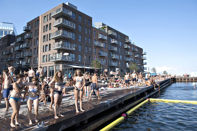 Badegæster oversvømmer dyrt boligområde. Sandkaj ved Kalkbrænderihavnen på Østerbro onsdag den 25. juli 2018. Personerne på billederne her i artiklen har ikke noget med sagen at gøre.
