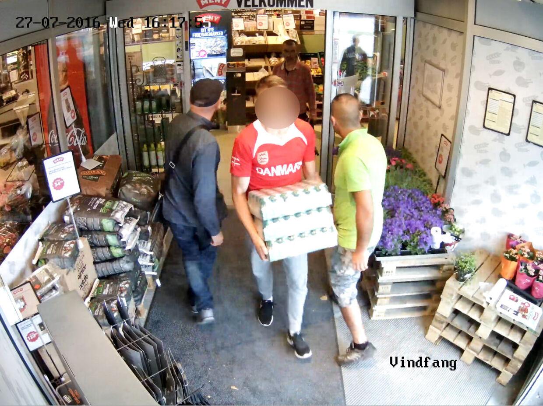 MENY. Brian Rosenstand har to MENY-butikker i Valby-området, der er hårdt ramt af butikstyverier. Overvågningsbilleder, hvor der bliver stjålet varer fra en af de to butikker.