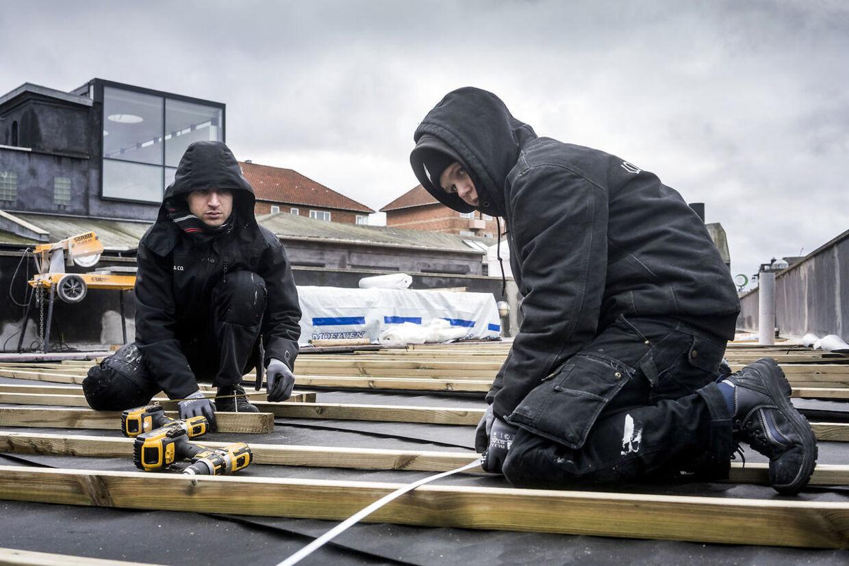 Rashid Rshou lægger ny terrasse på Rådmandsgades Skole på Nørrebro i København med en kollega 12. februar 2015. (Foto: Søren Bidstrup/Ritzau Scanpix)