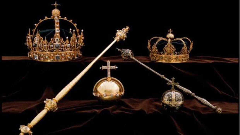 Kronerne øverst samt rigsæblet i midten er stjålet fra domkirken i Strängnäs. Politifoto