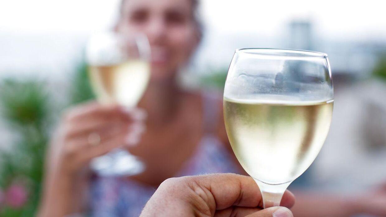 Et par glas vin om dagen er godt, hvis man vil undgå demens, viser en netop publiceret undersøgelse. (Modelfoto/Scanpix)