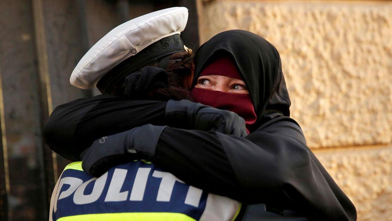 Et øjeblik blev foreviget, da 37-årige Ayah krammede en politibetjent under onsdagens demonstration mod burkaloven på Nørrebro.