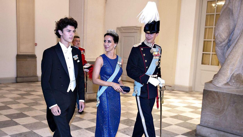 Der er langt fra de sædvanlige fester på slottet til den hverdag, prins Nikolai nu skal vænne sig til på sergentskolen i Varde.