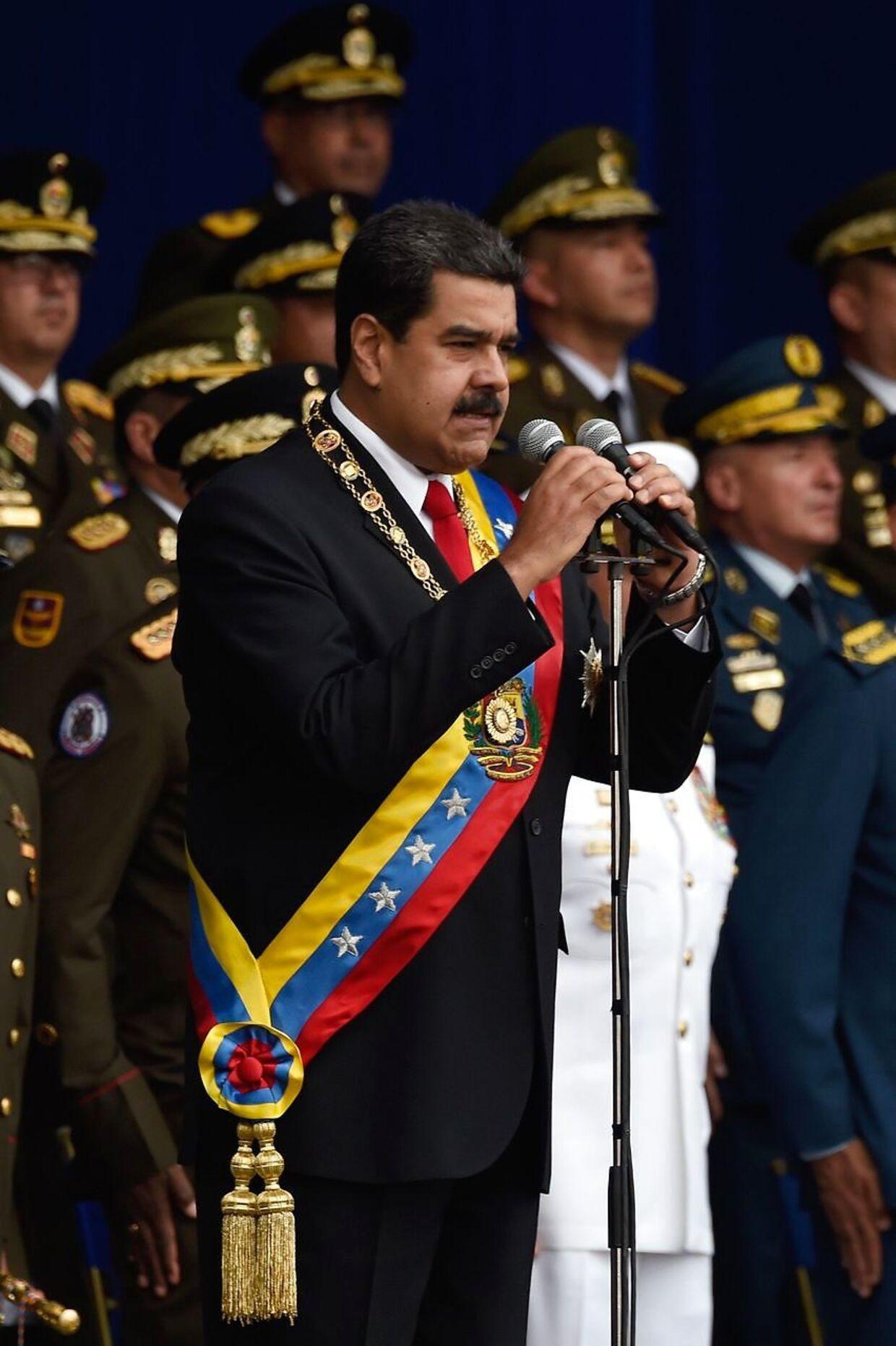 Venezuelas præsident, Nicolas Maduro, under sin tale foran et stort antal militærfolk og civile tilskuere.