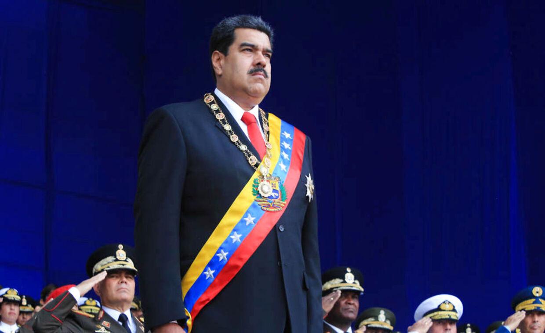 Venezuelas præsident, Nicolás Maduro, på podiet. Skuende med et stift blik ud mod den store folkemængde bestående at militærfolk og civile.