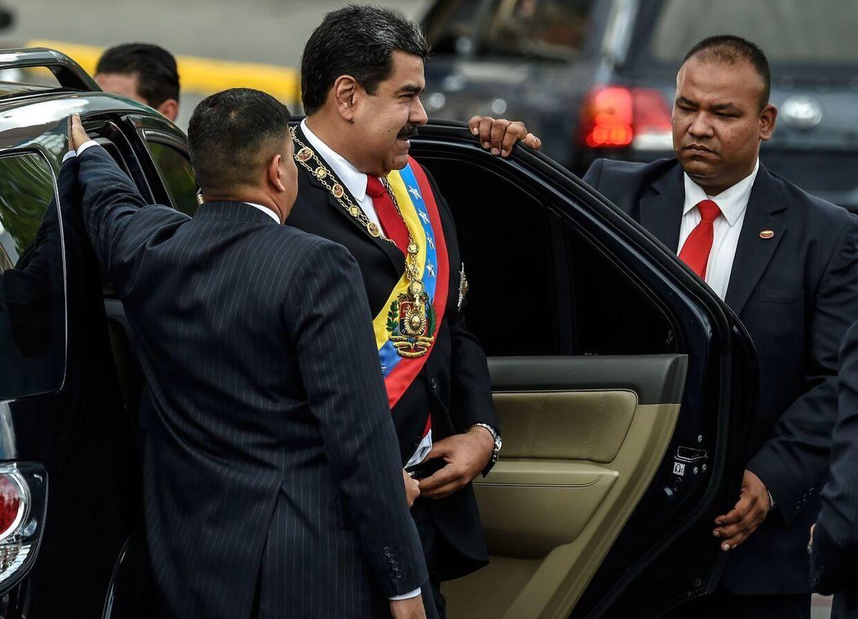 En smilende præsident Maduro ankommer til den militære ceremoni. Han blev kort efter udsat for et attentatforsøg med en drone.