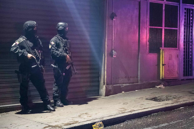 Sikkerhedsstyrker står vagt efter attentatforsøget.
