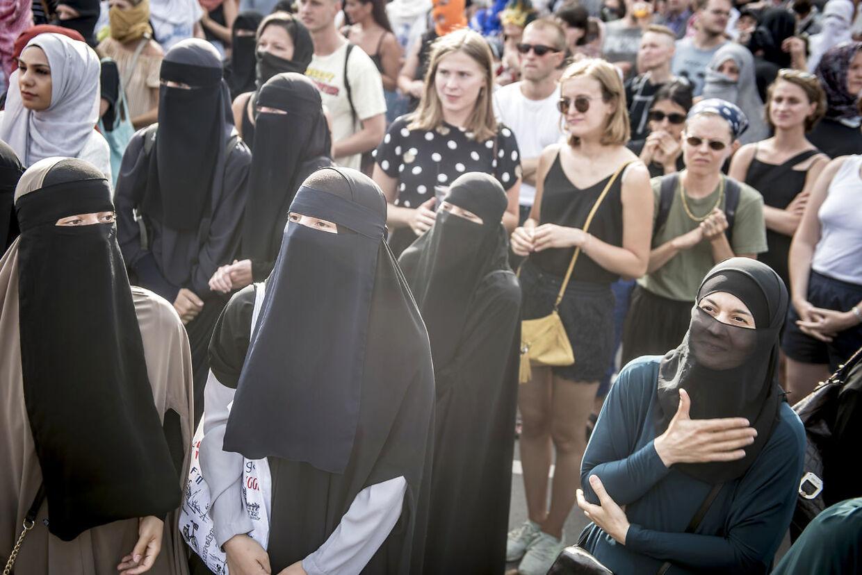 Demonstration imod tildækningsforbuddet ved Den Sorte Plads i København onsdag den 1. august 2018. Tildækningsforbuddet – i folkemunde kaldet burkaforbuddet – træder i kraft 1. august. Alle beklædningsgenstande, der dækker ansigtet, bliver forbudt på offentlige steder. Det kan være burkaeer, niqabber, elefanthuer, huer, hætter, tørklæder, masker, hjelme, heldækkende dragter og kunstige skæg. (Foto: Mads Claus Rasmussen/Ritzau Scanpix)