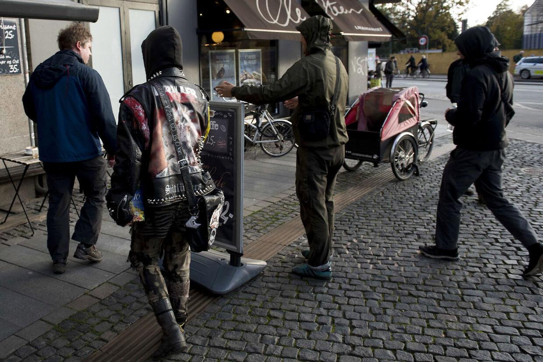 Rasmus Paludan fra Stram Kurs deler pjecer ud på Runddelen på Nørrebro. No Pegida, som tidligere har været voldelige over for ham, var til stede. Politiet var også mødt talrigt op.