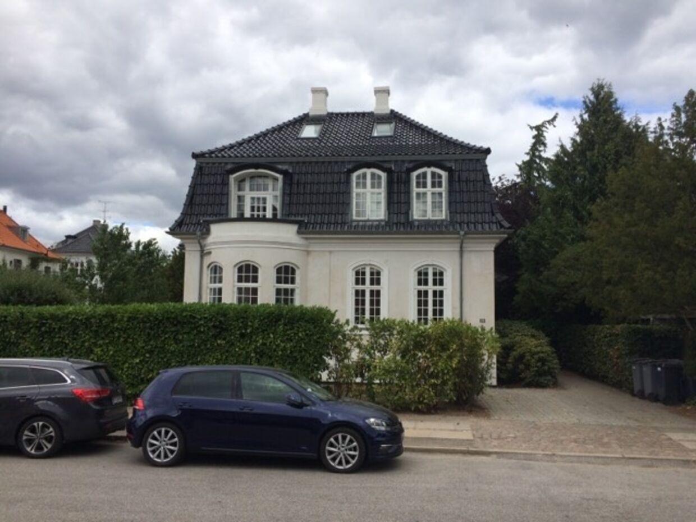 Det er i huset her – i den del af Hellerup, som ligger i Københavns Kommune – Cecilia Lonning-Skovgaard bor med sin mand. I forbindelse med en byggesag fik parret 17.600 kroner tilbage efter en klage.