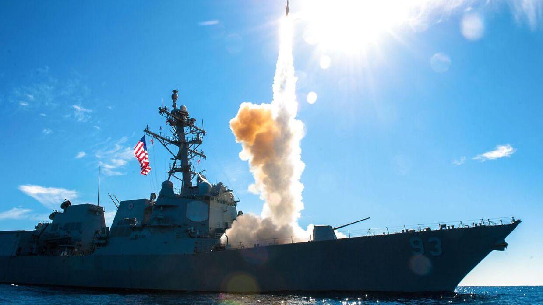 Her ses den amerikanske destroyer USS Chung-Hoon affyre et SM-2-missil under en øvelse 10. november 2015 i Stillehavet.