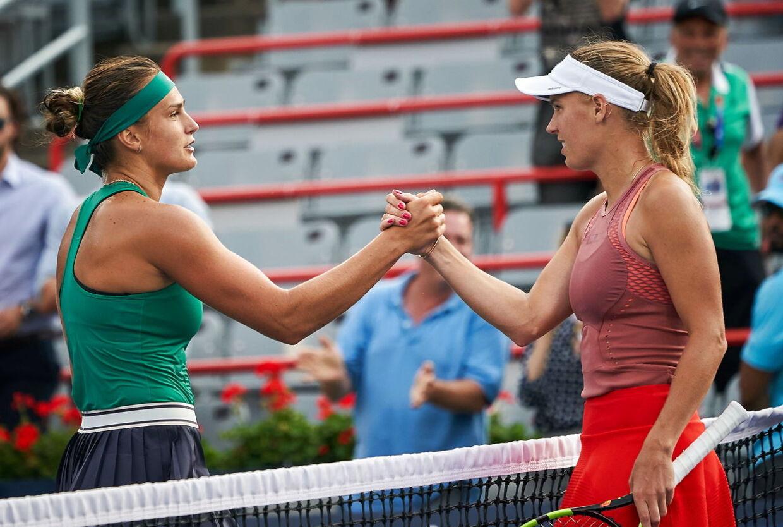 Aryna Sabalenka (tv) og Caroline Wozniacki siger tak for kampen.