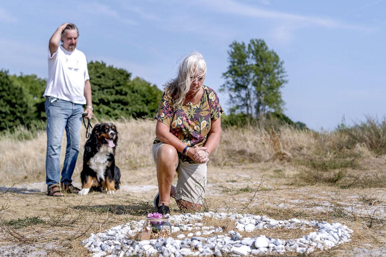 Kim Walls forældre Joachim og Ingrid Wall, samt hunden Iso besøger mindesmærket for Kim, der er lavet nær deres hjem, på en sti hvor Kim ofte løb eller gik tur med hunden.