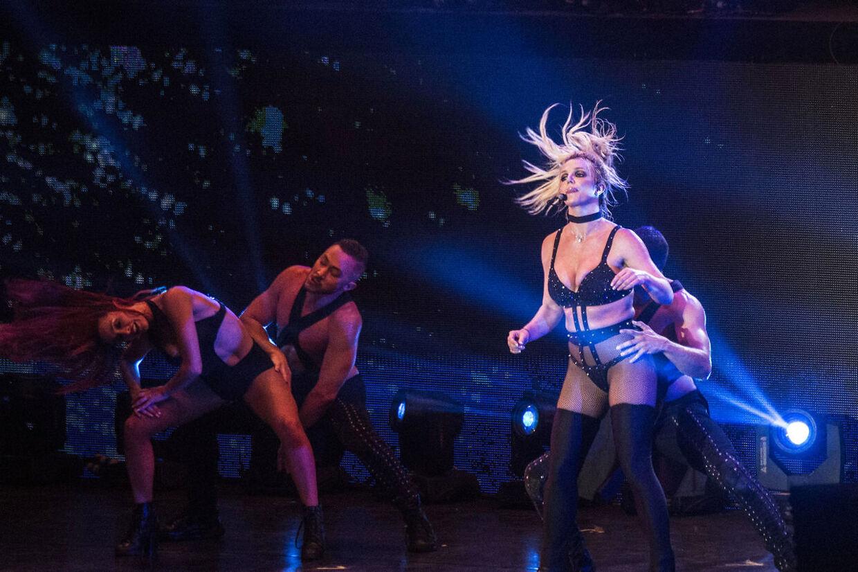 Britney Spears optrådte med sit freakshow på Bøgescenen på Smukfest onsdag den 8. august - en udskældt koncert, som Smukfest dog forsvarede til det sidste. 'Hun leverede varen,' lød det fra talsmand Poul Martin Bonde, på trods af at verdensstjernen tydeligt spillede playback.