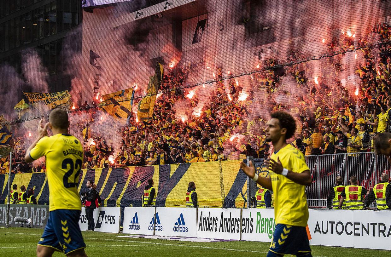 Fans fra Brøndby IF med pyroteknik før Superliga-kampen mellem FC København og Brøndby IF i Telia Parken søndag den 12. august 2018.. (Foto: Anders Kjærbye/Ritzau Scanpix)
