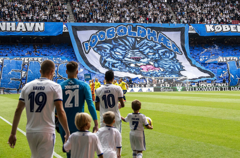 FC København fans med tifo før Superliga-kampen mellem FC København og Brøndby IF i Telia Parken søndag den 12. august 2018.. (Foto: Anders Kjærbye/Ritzau Scanpix)