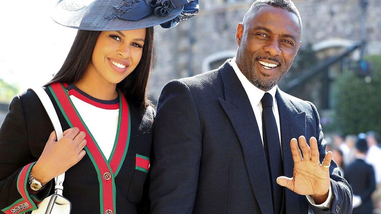 Her ses Idris Elba med sin forlovede, Sabrina Dhowre, ved prins Harry og Meghan Markles bryllup i maj.