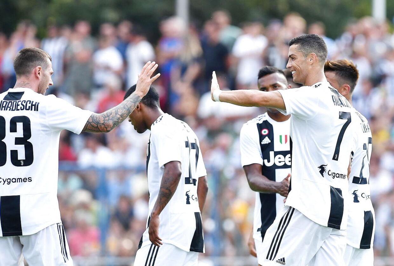 Ronaldo og holdkammeraterne fejrer en scoring.