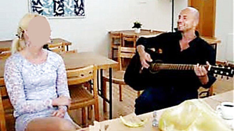 Bjarne Skounborg alias Peter Lundin spiller guitar for sin brud Betinna.