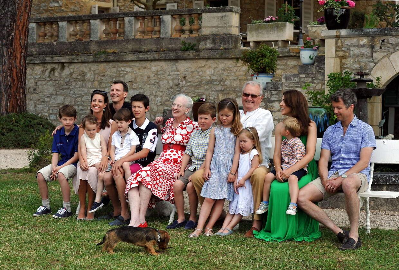 Hele den kongelige familie fotograferet på slottet i forbindelse med prins Henriks fødselsdag i 2014.