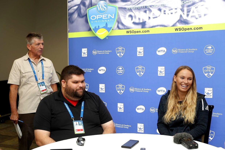 Caroline Wozniacki taler med journalister i forbindelse med turneringen i Cincinnati.