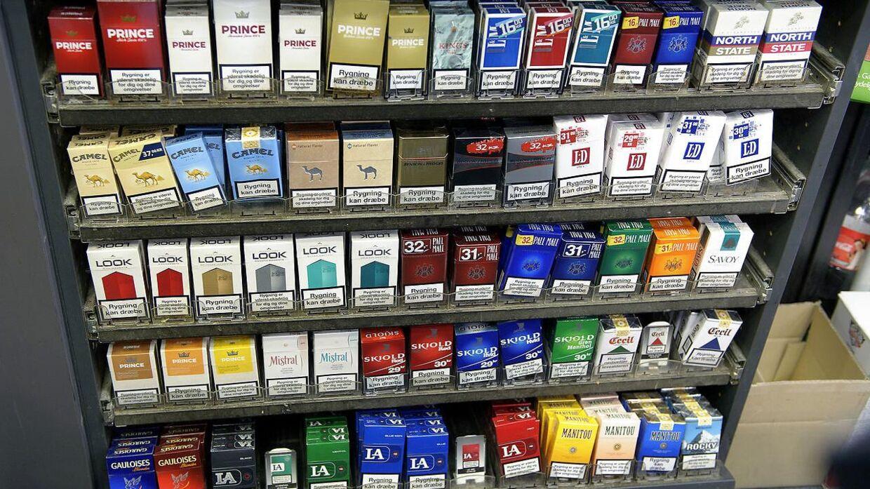 Rød blok og Alternativet vil lovgive, så virksomhederne bliver tvunget til at cigaretterne bag disken.