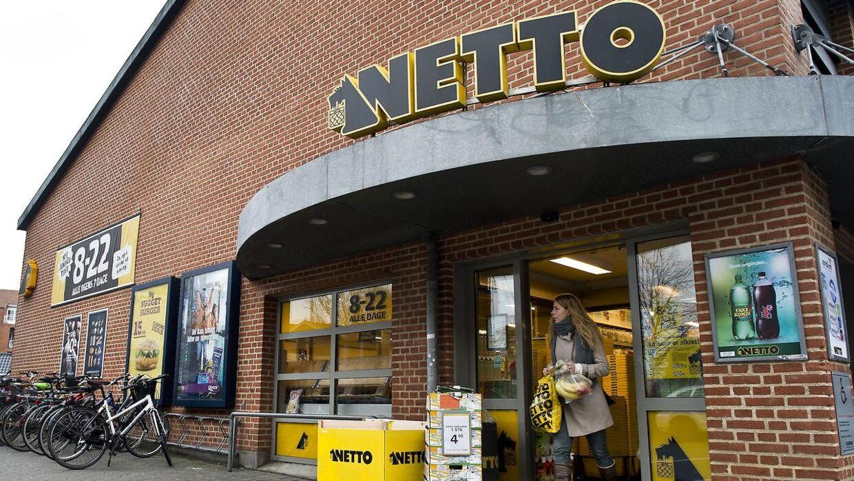 I en måned har Netto haft skjult sine cigaretter, så kunder har skullet bede om dem. Det har sendt salget ned.