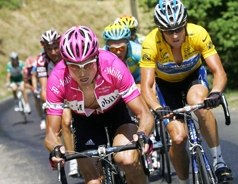 Jan Ullrich (tv.) og Lance Armstrong (i gult) kæmper om Tour-sejren tilbage i 2005.
