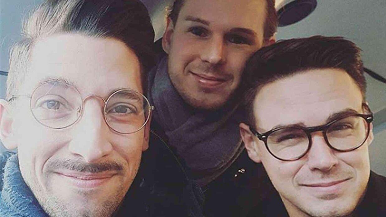 Her er et billede af de tre mænd, Bradley, Thomas og Mathias, som i dag bor sammen.
