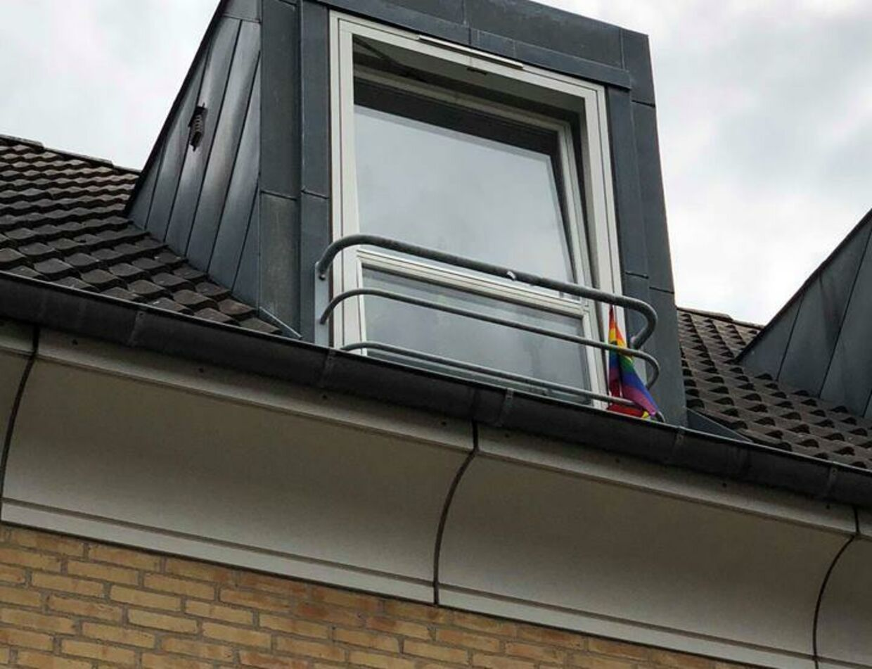 Efter Stig Wittrocks opslag har flere naboer valgt at vise deres støtte med regnbueflag.