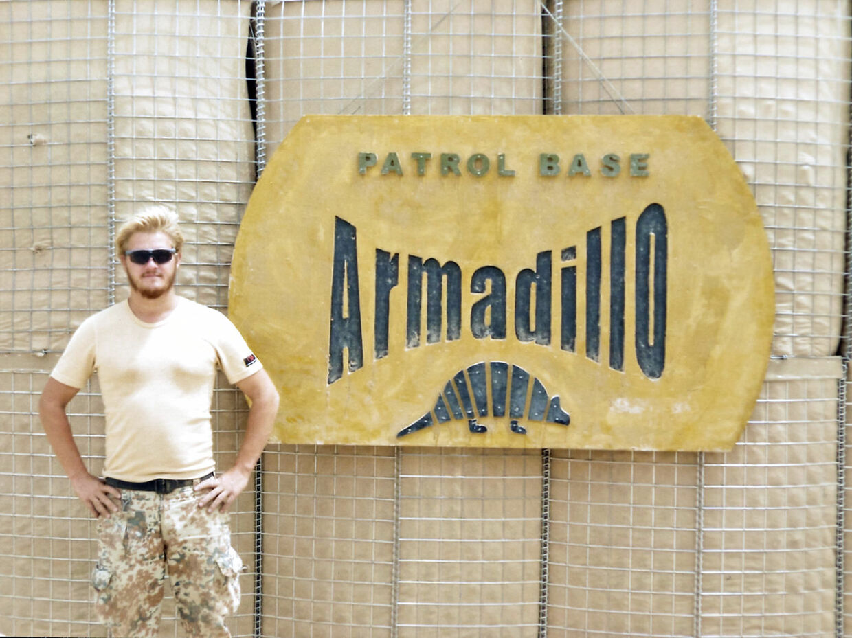 Claus Hauge Kristensen foran skiltet ind til Armadillo. (PRIVATFOTO)