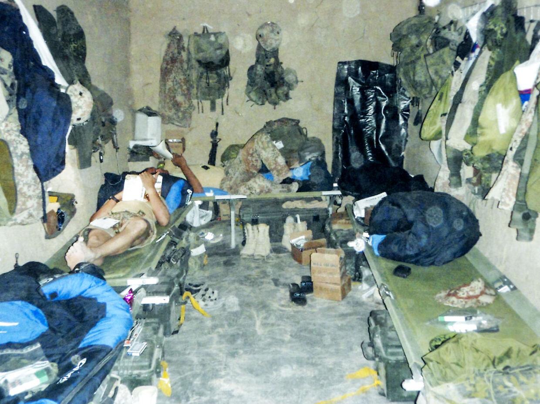 Efter at have sovet under åben himmel i den første tid, fik soldaterne gradvist skabt faciliteter som beskyttede sovesale. (PRIVATFOTO)