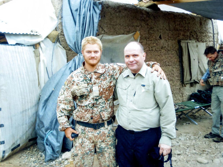 Claus Hauge sammen med daværende forsvarsminister Søren Gade, som besøgte Armadillo. (PRIVATFOTO)
