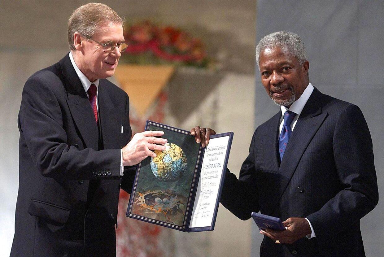 Den 10. december 2001 modtog Kofi Annan Nobels fredspris i Oslo. Her overrækker leder af Den Norske Nobelkomite, Gunnar Berge, prisen til den tidligere FN-generalsekretær.