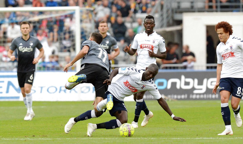 Adama Guira, AGF (th) tackler Kenan Kodro, FC København (11) i Superligakampen i Aarhus søndag den 19. august 2018. . (Foto: Ernst van Norde/Ritzau Scanpix)