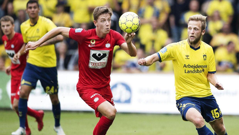 Mathias Kristensen (tv.) og Björn Kopplin (th.) i kamp om bolden.