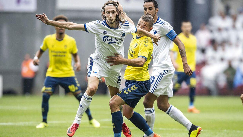 Det var i kampen mod Brøndby, Rasmus Falk (tv.) måtte lade sig udskifte.