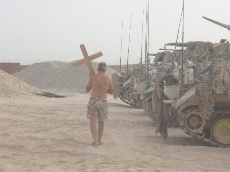Feltpræsten med sit kors.