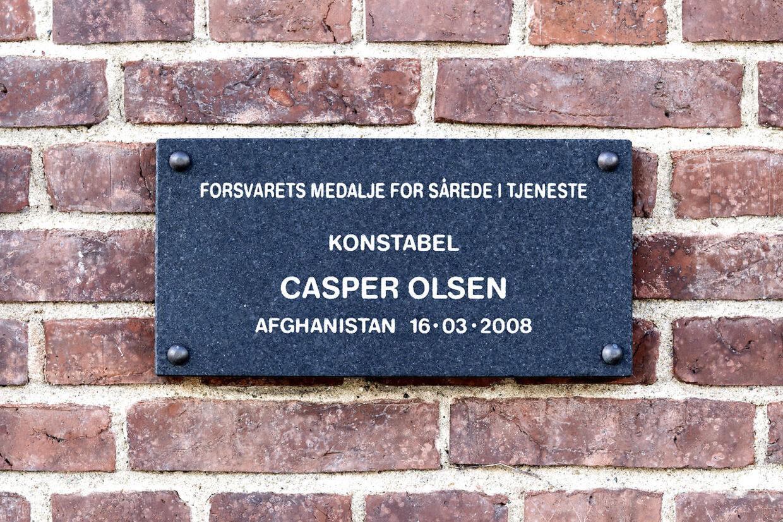 På Livgardens kaserne i Høvelte hænger mindetavler over de sårede. Her Casper Olsens.
