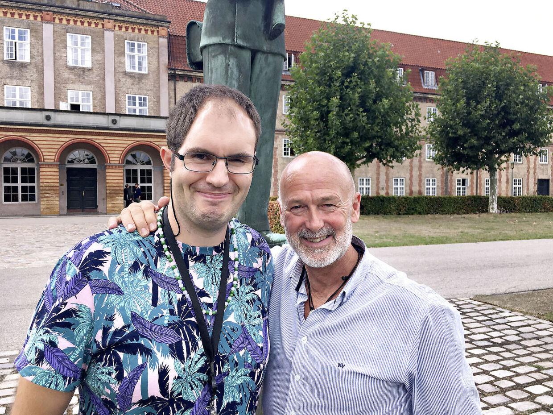 Gensynsglæden var stor, da Casper Olsen i sidste uge blev overrasket med et besøg af sit store idol, B.S. Christiansen. (FOTO: FORSVARET)