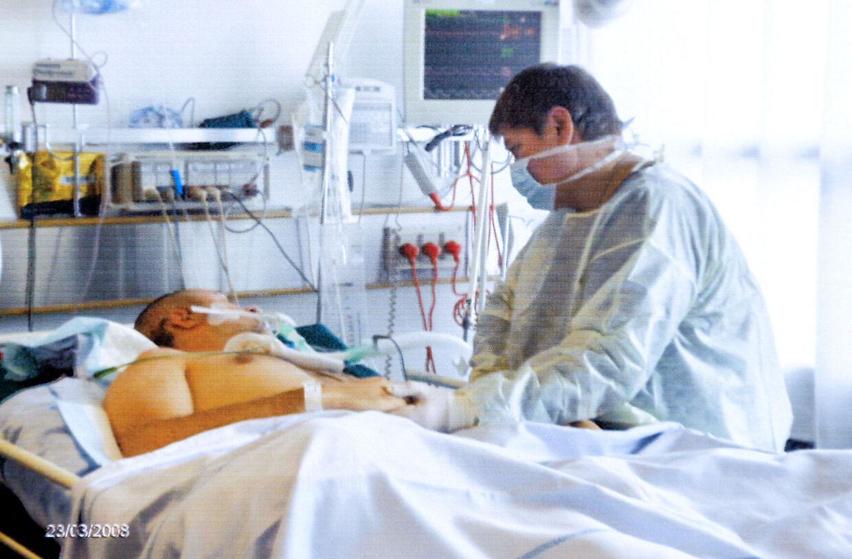 I månedsvis troede forældrene, at de ville miste deres søn. Her holder Margit Olsen sin søn i hånden, mens han ligger i koma. (PRIVATFOTO)