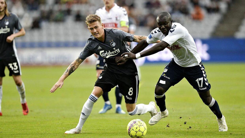 Nicolaj Thomsen FCK i duel mod Adama Guira mod AGF i 6. runde af Superligaen.