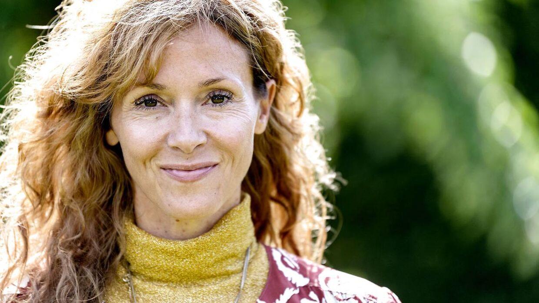 """Sarah Zobel har sammen med Iben Sandahl skrevet bogen """"Det gør ondt i maven, mor"""", som er en hjælp til forældre. I bogen kommer Zobel også ind på sit brud med sangeren Burhan G."""